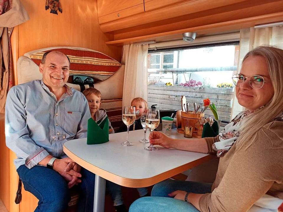 Familie Hipfel aus Neustadt genießt den kulinarischen Ausflug.  | Foto: Anja Bieber