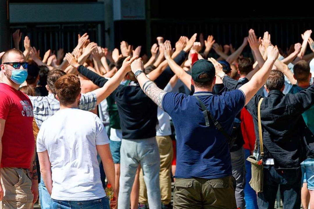 Trotz geltender Corona-Regeln hatten s...m ihr Team gesanglich zu unterstützen.  | Foto: Henning Kaiser (dpa)