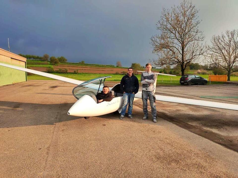 Das reparierte Flugzeug mit Christian ...er Kurz und Dominic Pieles (von links)  | Foto: verein
