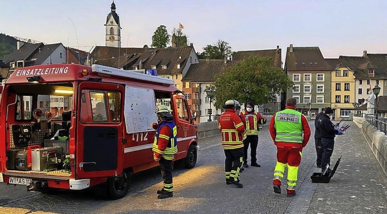 Ein Großaufgebot an Rettungskräften wa...  von der Rheinbrücke gesprungen war.     Foto: Feuerwehr Laufenburg