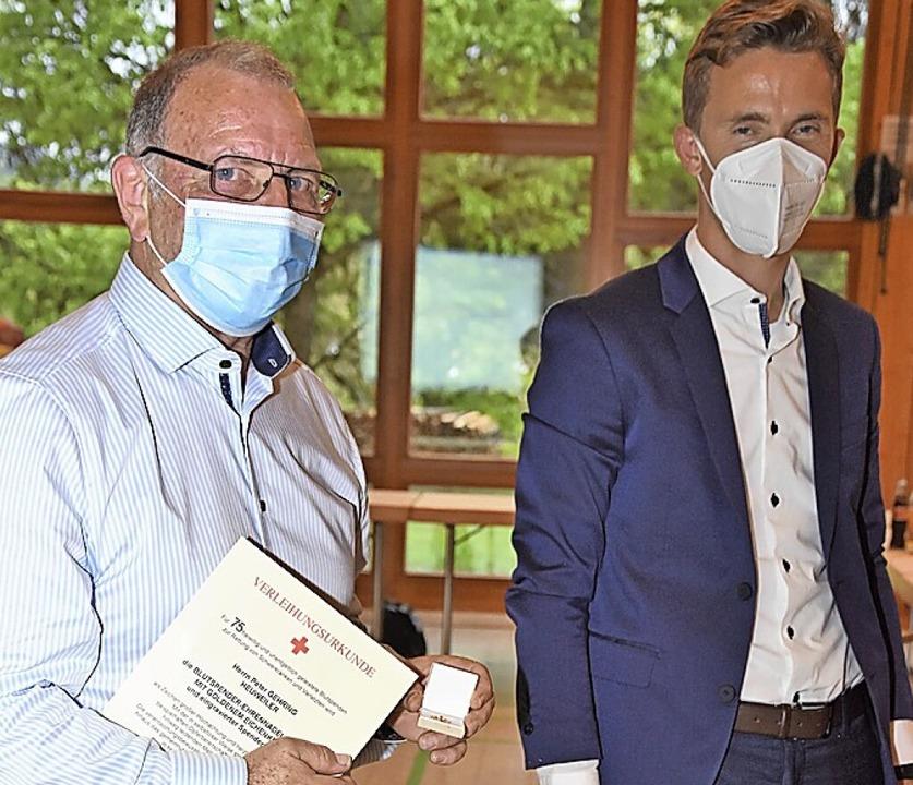 Raphael Walz ehrt Peter Gehring (links)  für 75  Blutspenden.  | Foto: Andrea Steinhart