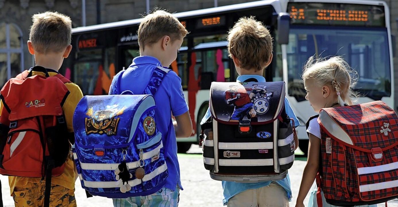 Vor Corona mussten Schüler im Bus nur ...en sie auch ohne FFP2-Maske nicht mit.  | Foto: Franziska Kraufmann (dpa)