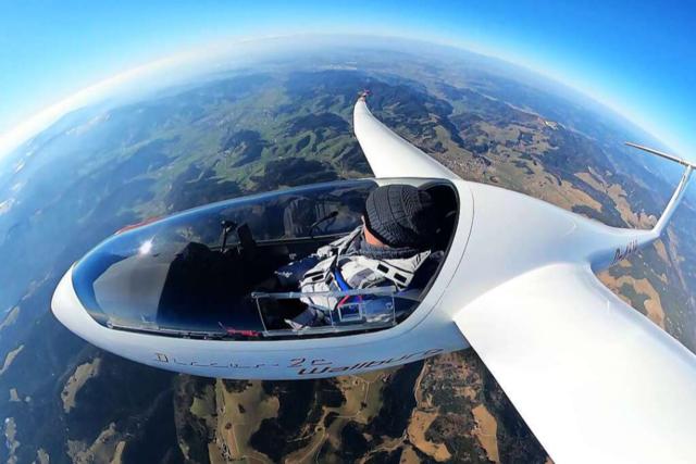 Nach Bruchlandung steigt ein Segelflugzeug wieder in die Luft