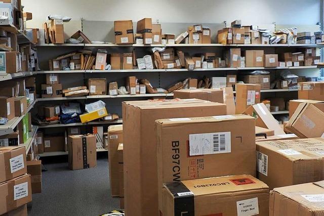 In Paketannahmestellen liegen noch immer viele Pakete von Schweizern