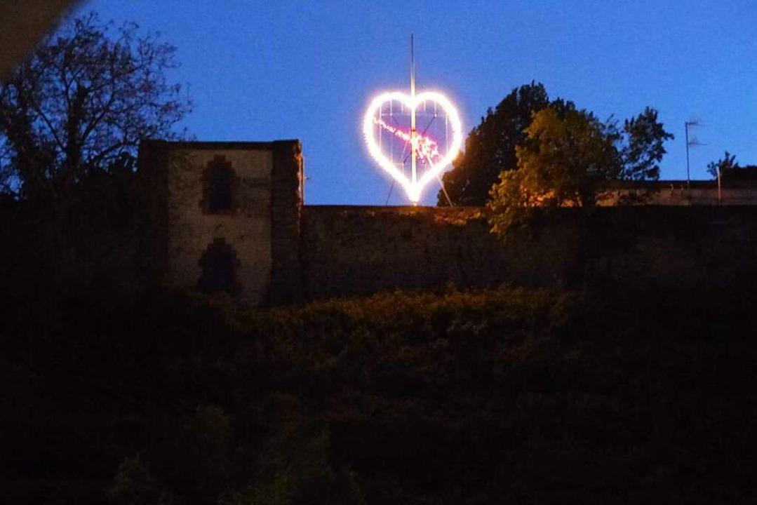 Am Kapuzinergarten in Breisach erstrah...30 Uhr diese  große Lichtinstallation.    Foto: Dirk Sattelberger