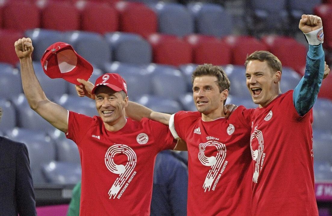 Feiern den neunten Meistertitel in Fol...s Müller und Manuel Neuer (von links)   | Foto: Peter Kneffel (dpa)