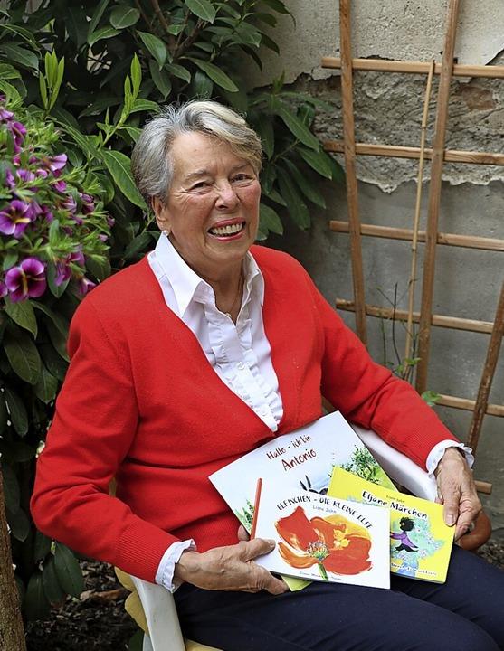 Liane Jahn mit ihren drei Kinderbüchern    Foto: Christa Rinklin