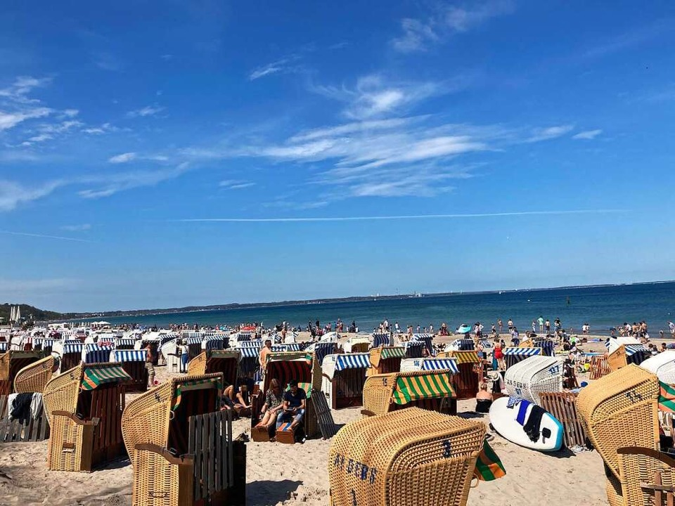 Tausende Menschen genießen das sonnige...ecker Bucht wieder für Gäste geöffnet.  | Foto: Thomas Müller (dpa)