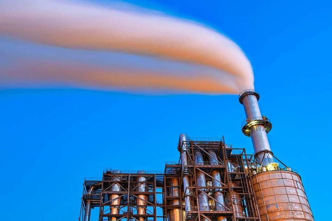 Klimaschädlicher Qualm strömt aus einem Schornstein einer Industrieanlage.  | Foto: Patrick Pleul