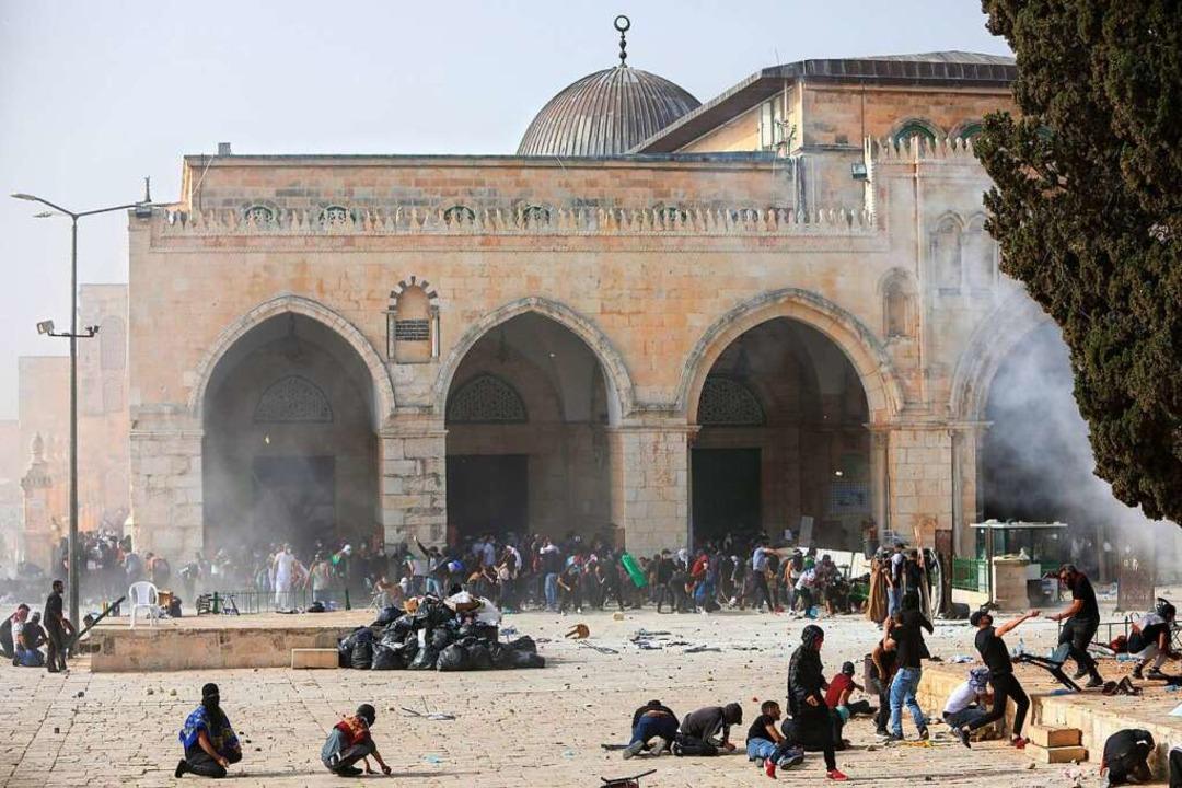 Palästinenser stoßen mit israelischen ...Aksa-Moschee in der Altstadt zusammen.  | Foto: Mahmoud Illean (dpa)