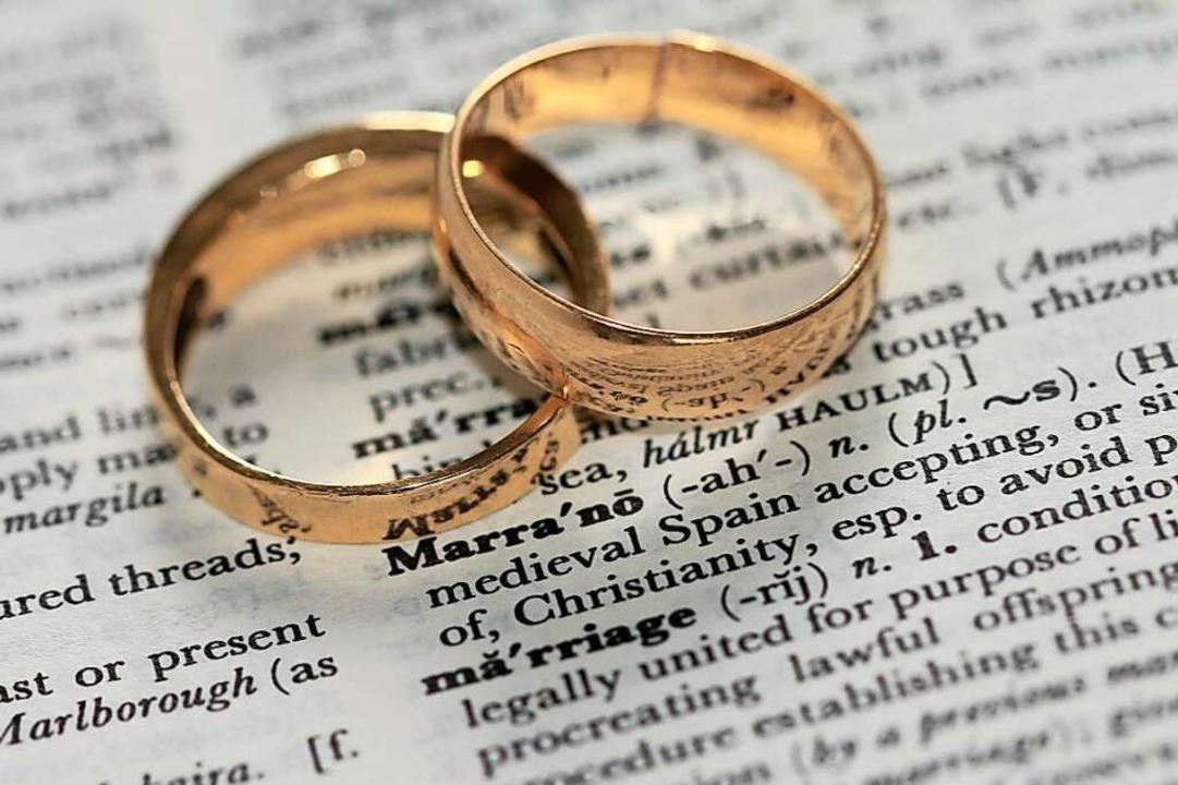 Wann ist ein Ehevertrag sinnvoll? Dies...m BZ-Talk mit Redakteurin Gina Kutkat.  | Foto: Sandy Millar (unsplash.com)
