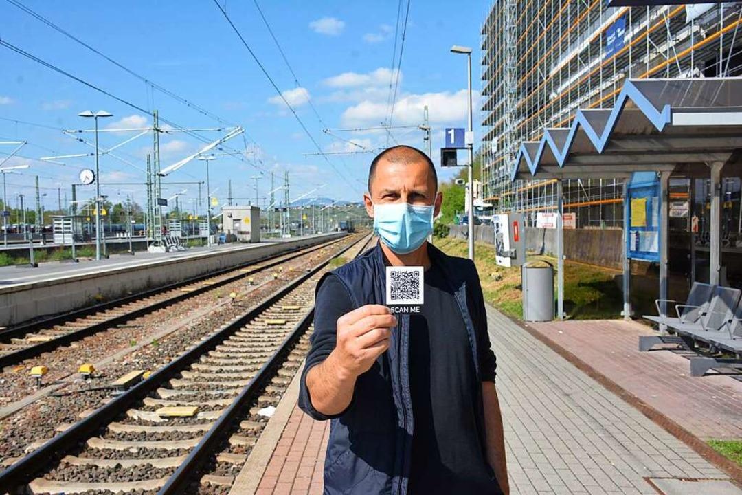 Künstler Patrick Luetzelschwab hat QR-...können – auch am Weiler Bahnhof.  | Foto: Hannes Lauber