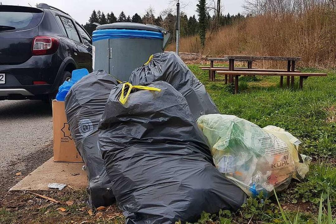 Bergeweise Müll stapelt sich am Rastpl...der B518 zwischen Schopfheim und Wehr.    Foto: Gerald Nill