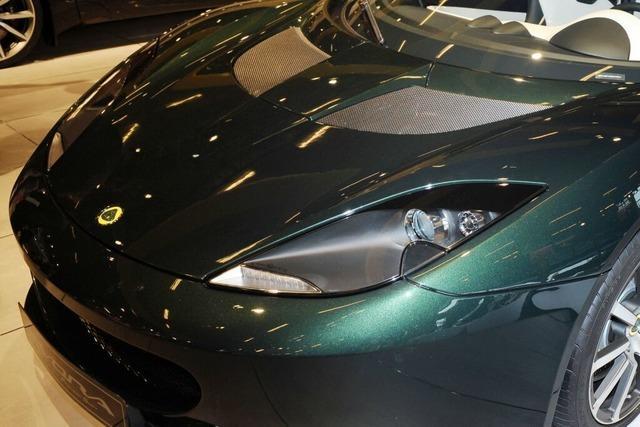 Lotus-Fahrer überholt mehrfach trotz Gegenverkehr