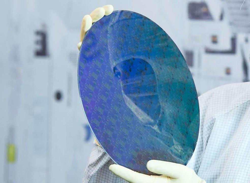 Klein, aber sehr begehrt: Mikroprozessoren auf einer Siliziumscheibe    Foto: Sebastian Kahnert