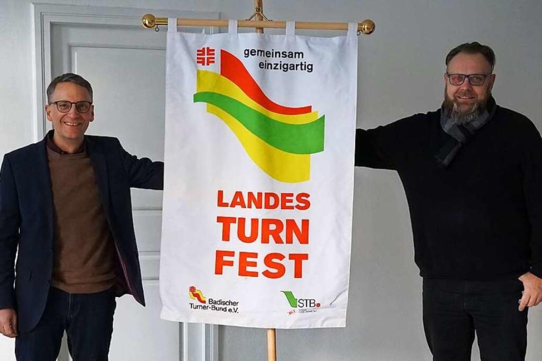 Oberbürgermeister Markus Ibert und Bür...om mit der Flagge des Landesturnfestes  | Foto: Stadt Lahr