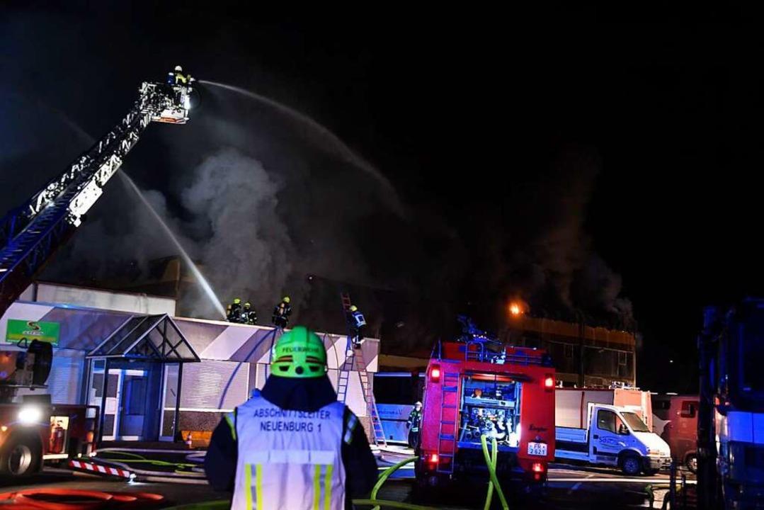 Das Fahrzeugbauunternehmen FTN neben d...rger Industriegebiet stand in Flammen.  | Foto: Volker Münch