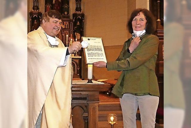Pfarrer Fietz überreicht Medaille