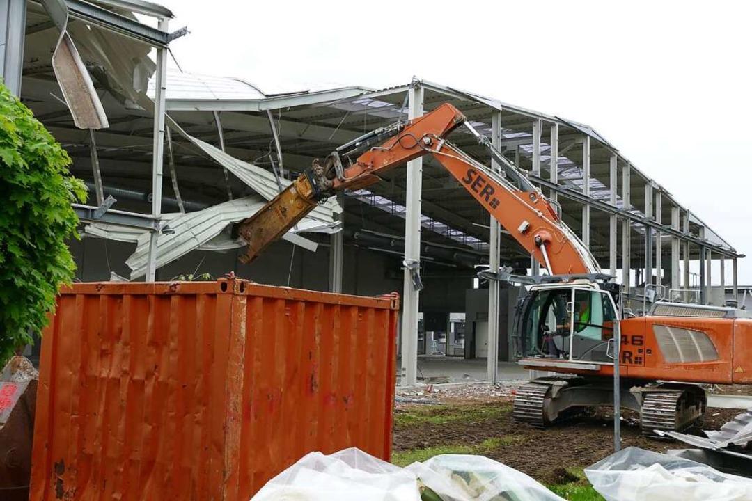 Die ersten Abrissarbeiten für den Umbau sind bereits im Gange.  | Foto: Simone Höhl