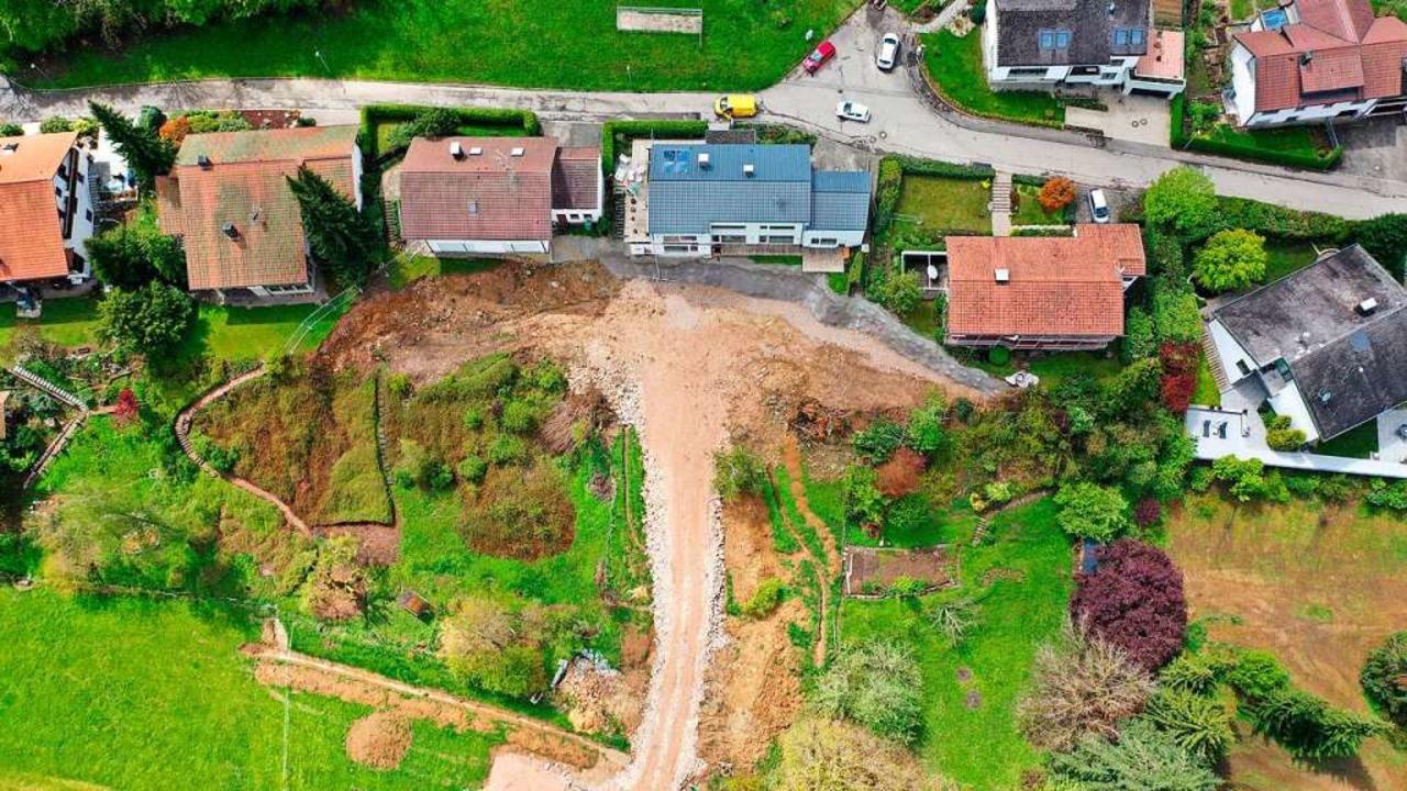 Die Häuser sind stabil, der Hang unter...gen für die Rekonstruktion des Bodens.  | Foto: Martin Klabund