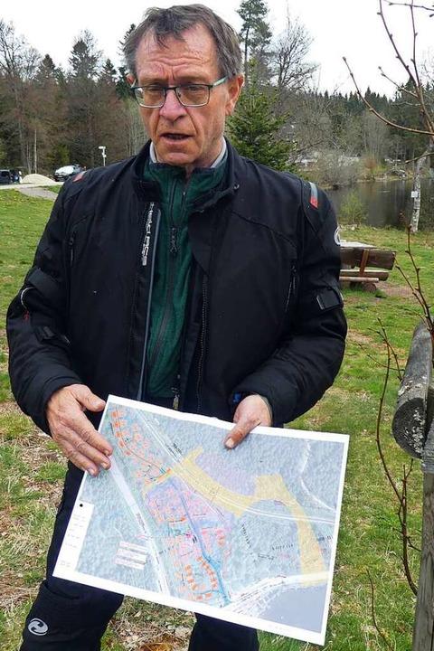 Planer Peter Kühnle zeigt, wie  die drei Hektar große Fläche belegt werden soll.    Foto: Peter Stellmach