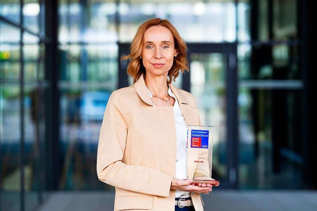 Cornelia Reinecke, Personalleiterin de...ands bester Arbeitgeber 2021 entgegen.    Foto: Dschafar El Kassem   SICK AG
