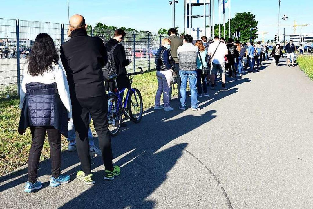 Die lange Warteschlange am Sonntagmorg...entrum auf dem Freiburger Messegelände  | Foto: Rita Eggstein