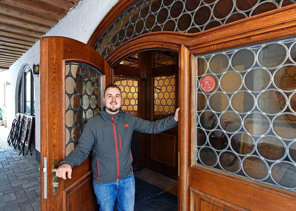 """Amadeus Kura übernimmt """"Englers ...gle"""" in der Freiburger Altstadt.    Foto: Michael Bamberger"""
