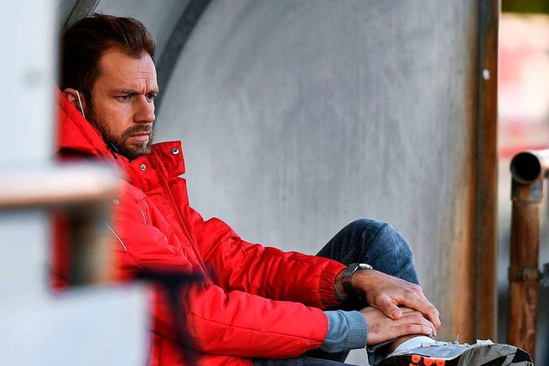 Kritischer Blick auf die Bahlinger Def...neue Spielzeit einen Innenverteidiger.    Foto: Claus G. Stoll
