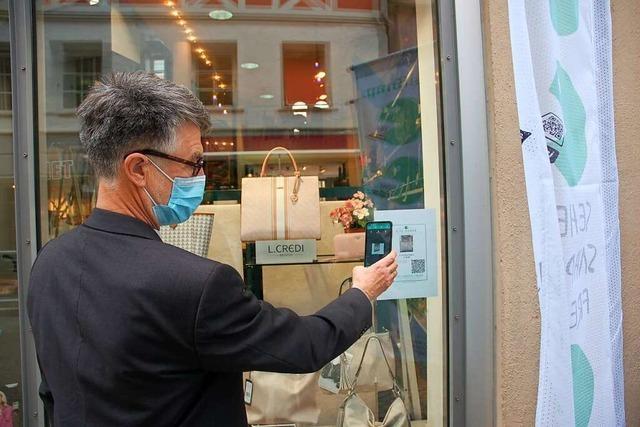 Mit Smartphone und QR-Code beim Schaufensterbummel in Lahr einkaufen