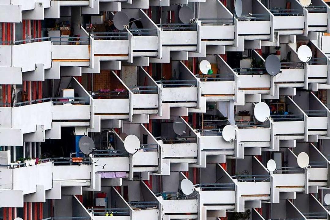 Ein Hochhaus in Chorweiler. In dem Köl...nzidenz deutlich höher als in anderen.  | Foto: INA FASSBENDER (AFP)