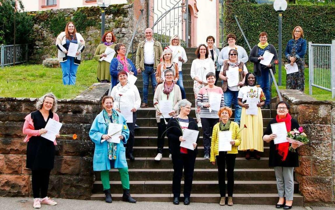 19 Absolventinnen haben ihre Urkunden ... sich Bürgermeister Matthias Litterst.  | Foto: Heidi Fößel