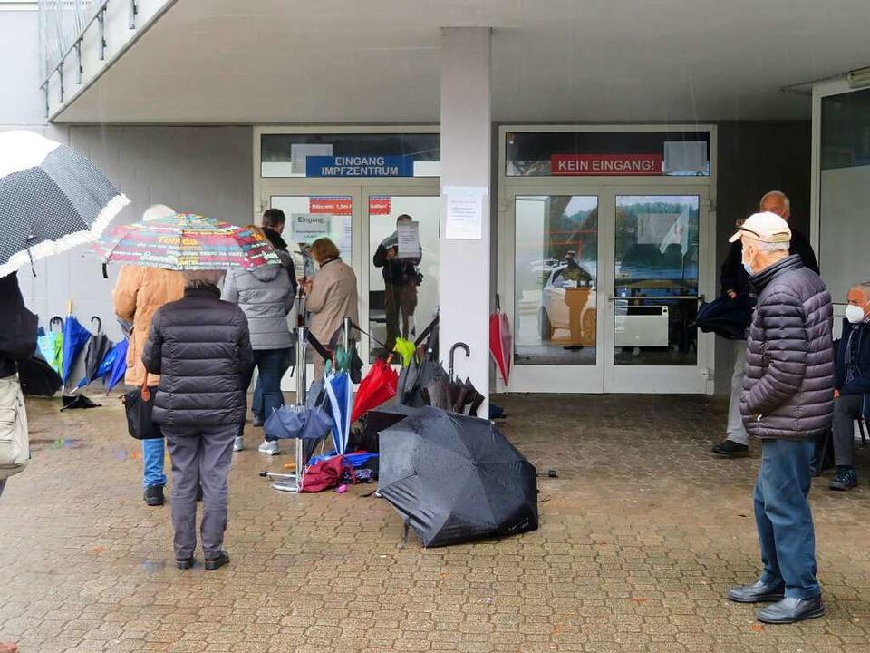 Für das Warten vor dem Kreisimpfzentrum gibt es neue Regeln.  | Foto: Peter Gerigk