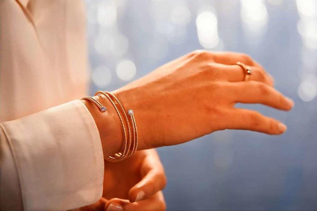 """Das Armband aus """"federndem Gold&...lenk – wie eine innige Umarmung.    Foto: Wellendorff"""