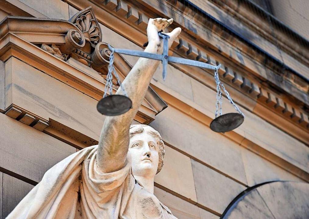 Symbolische Figur der Göttin Justitia vor einem Gerichtsgebäude.     Foto: Stefan Puchner