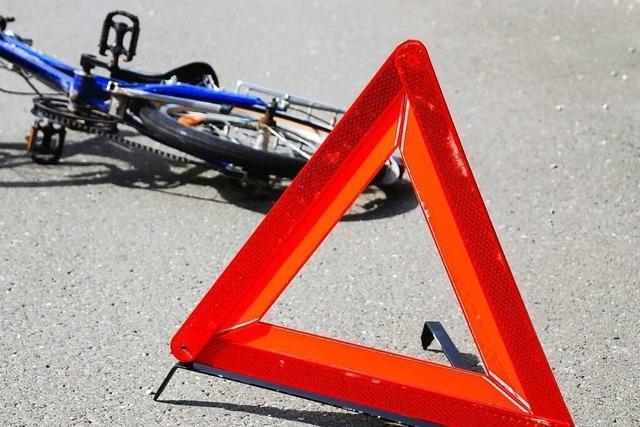 Radler leicht verletzt nach Unfall im Kreisel