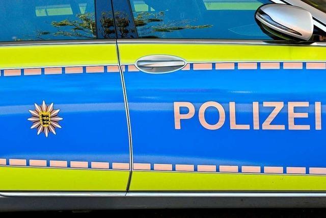 50-Jährige fährt in Rheinfelden Außenspiegel eines geparkten Autos ab