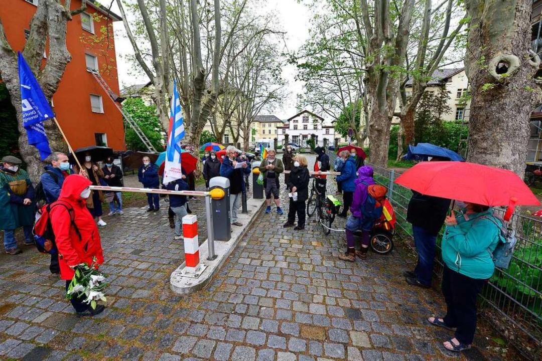 Eine Etappe des Gedenkrundgangs im Stü...ispflegeanstalt an der Eschholzstraße.  | Foto: Ingo Schneider