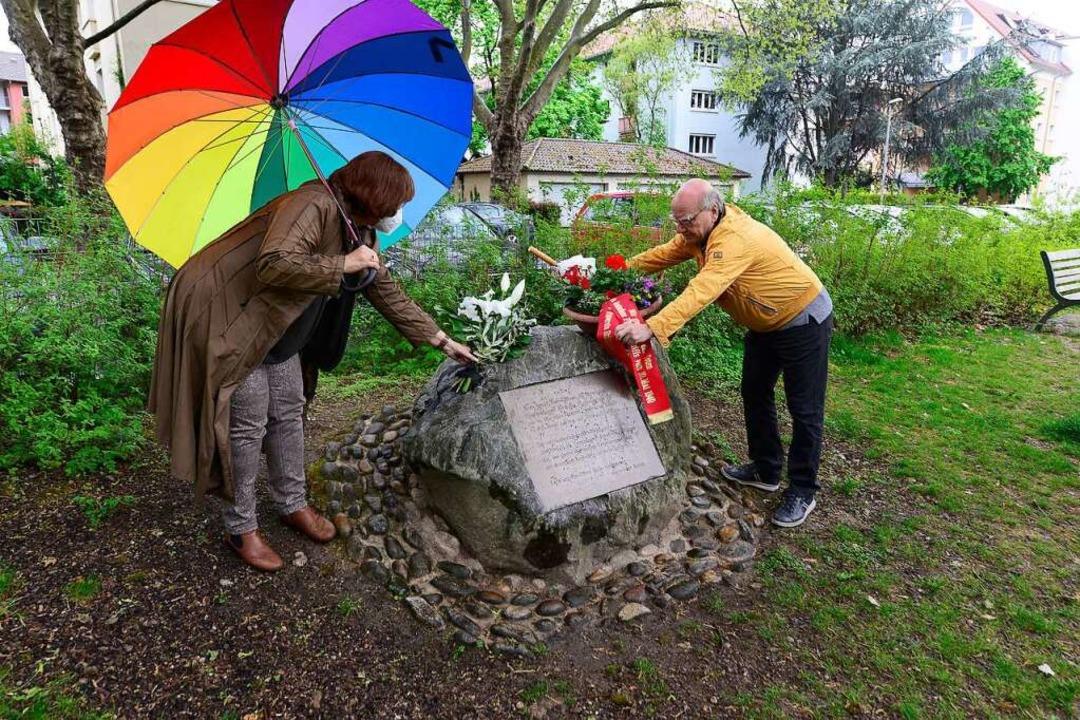 Ein Gedenkstein an der Kreuzstraße eri...von 13 Kinder auf dem Hildaspielplatz.  | Foto: Ingo Schneider
