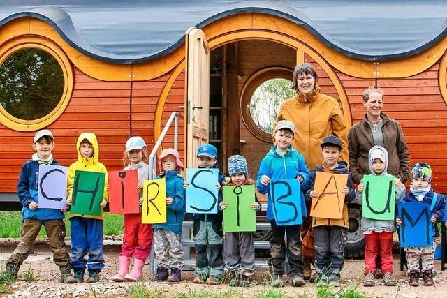 Kinder ziehen in den Maulburger Waldkindergarten