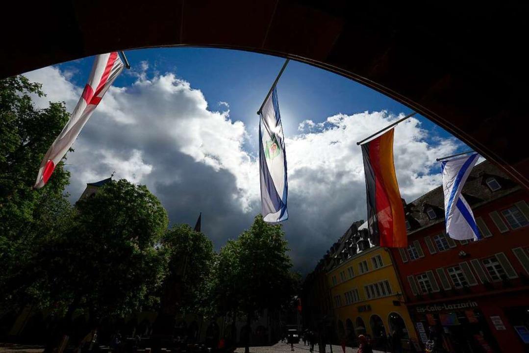 Schon vor vier Wochen beschlossen: diese Beflaggung am Freiburger Rathaus.  | Foto: Ingo Schneider