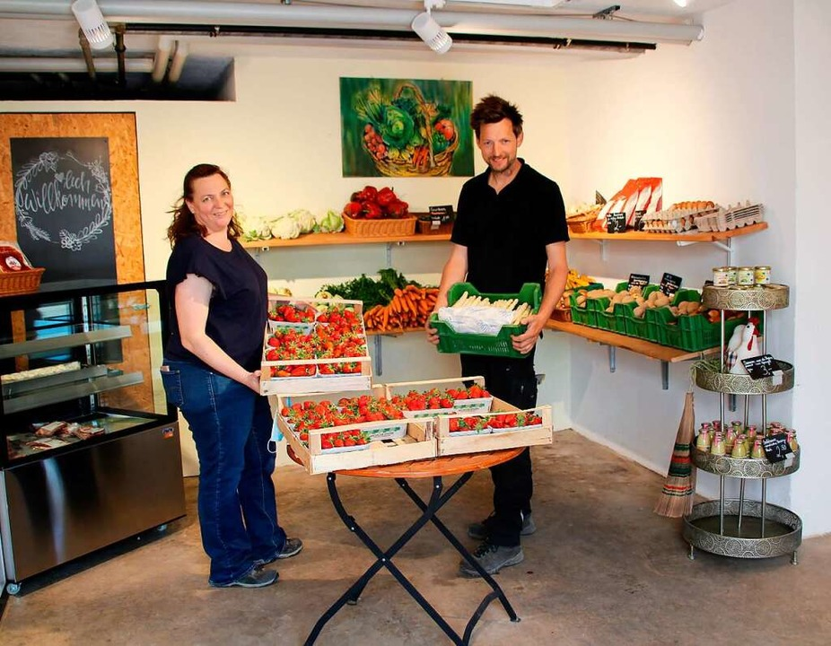 Im Hofladen des Weingartenhofs  der Ge...it Spargel und Erdbeeren das Geschäft.  | Foto: Reinhard Cremer