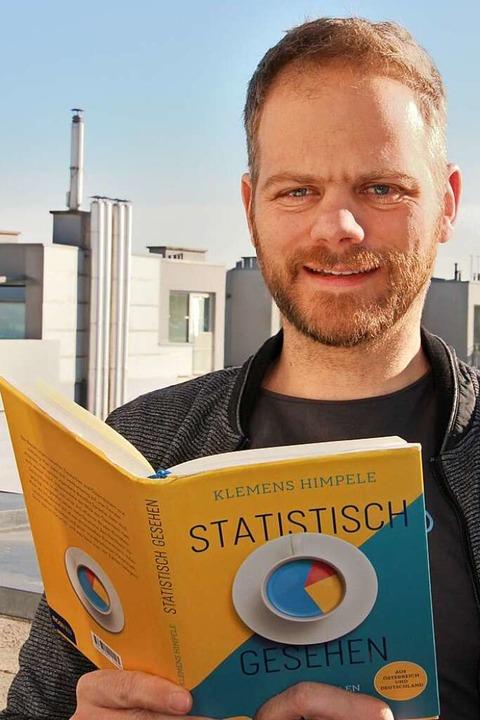 Klemens Himpele mit seinem Buch  | Foto: Jana Schultheiss