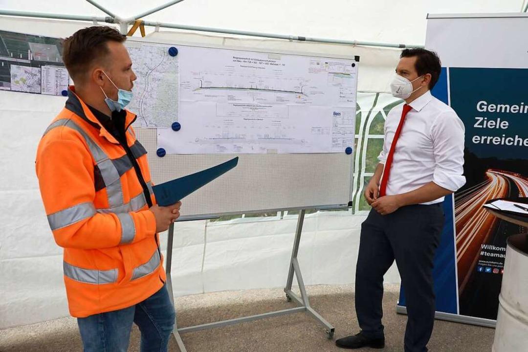 Projektleiter Lukas Wieschhörster (lin...ärt Johannes Fechner, was geplant ist.    Foto: Christoph Breithaupt