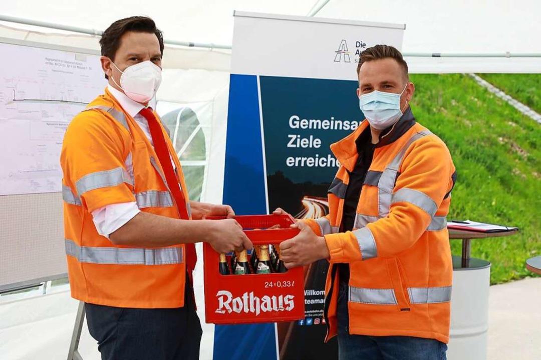 Johannes Fechner hat den Arbeitern einen Kasten Bier mitgebracht.    Foto: Christoph Breithaupt