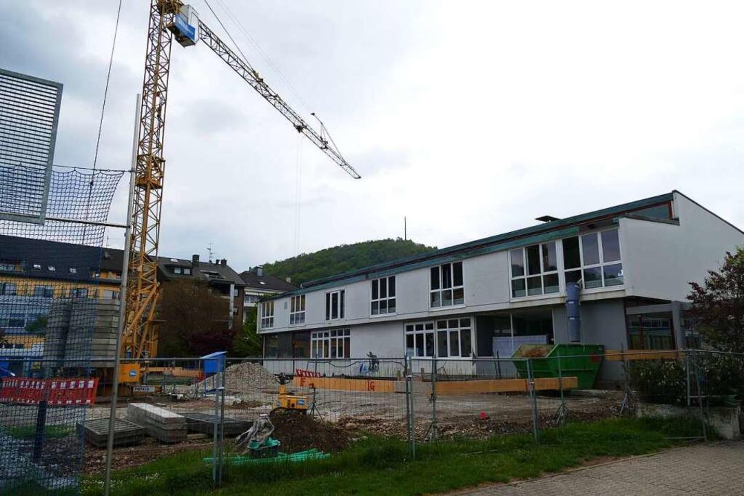 Am Pavillon der Bärenfelsschule in Grenzach entsteht ein neuer Kindergarten.  | Foto: Dora Schöls