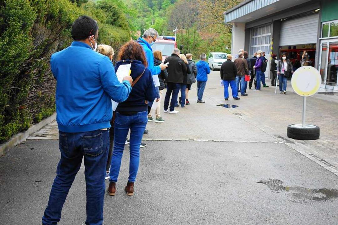 Der Andrang war groß: Warteschlange vor der Hausener Feuerwehrgarage.  | Foto: Gudrun Gehr