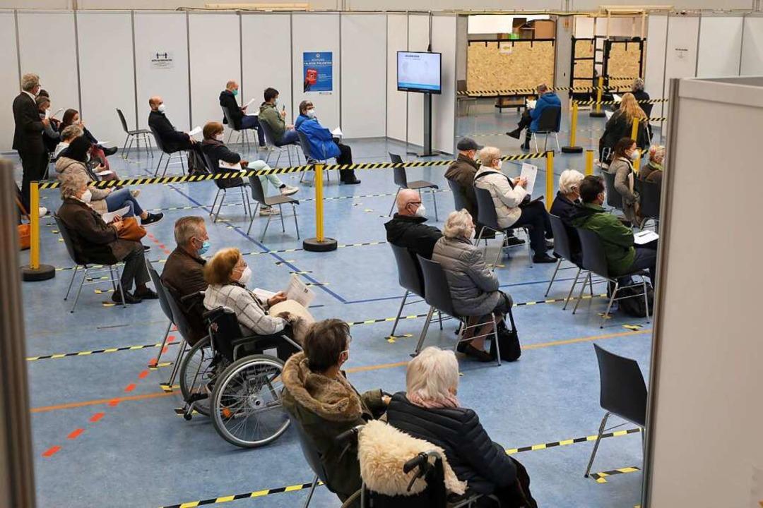 Wartende im Impfzentrum in Lahr  | Foto: Christoph Breithaupt