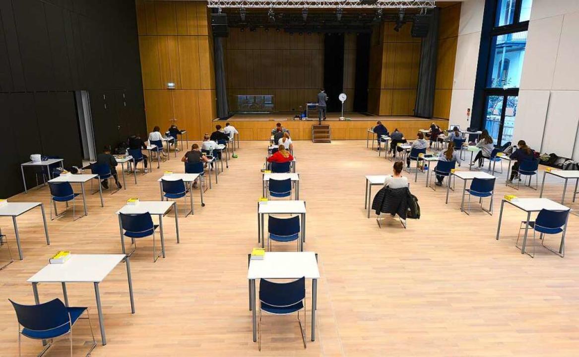 Beim Abitur musste schon immer auf Abs... Schüler sind getestet, andere nicht.   | Foto: Ingo Schneider