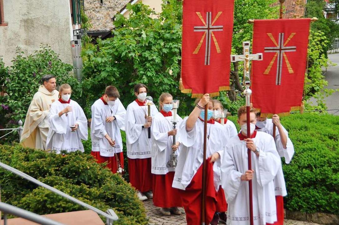 Ministranten und Pfarrer Thorsten Beck...n zum Festgottesdienst in St. Fridolin  | Foto: Daniel Gramespacher